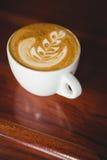 Filiżanka cappuccino z kawową sztuką na kontuarze obraz royalty free
