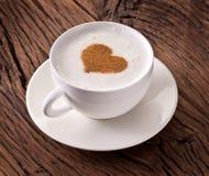 Filiżanka cappuccino z zmielonym cynamonem w postaci serca. fotografia royalty free