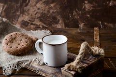 Filiżanka ciepły mleko i chleb na drewnianym tle Zdjęcia Royalty Free