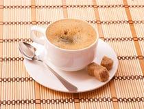 Filiżanka cofee z cukierem i łyżką Zdjęcie Royalty Free