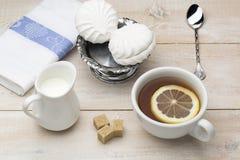 Filiżanka czarna herbata z plasterek cytryną obrazy stock