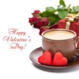 Filiżanka czarna kawa, czerwony cukierek, prezent, róże dla walentynka dnia Zdjęcia Stock
