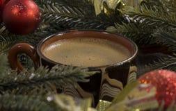 Filiżanka czarna kawa, fasole, zielone świerkowe gałąź, servin Fotografia Royalty Free