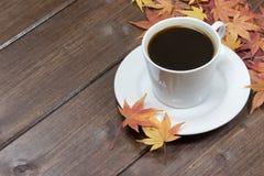 Filiżanka czarna kawa i liście klonowi Obrazy Stock