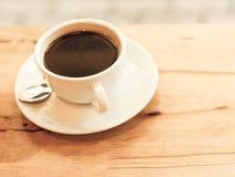 Filiżanka czarna kawa na drewno stole zdjęcia stock