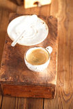 Filiżanka czarna kawa na starym textured drewnie Fotografia Royalty Free