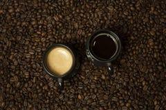 Filiżanka czarna kawa z dojną pozycją na kawowych fasolach śniadaniowego zboża pojęcia owoc zdrowy mleko fotografia royalty free