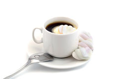 Filiżanka czarna kawa z marshmallows z łyżką odizolowywającą na białym tle Obraz Stock