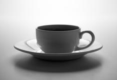 Filiżanka czarna kawa z piec coffe fasolami z tytułową kawą espresso Zdjęcie Stock