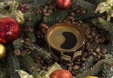 Filiżanka czarna silna kawa, zielone gałąź świerczyna, kawowy bea Fotografia Royalty Free
