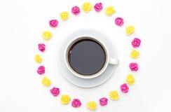 Filiżanka czarnej kawy menchii żółte róże kłaść out wokoło na białym tle Zdjęcia Royalty Free