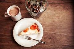 Filiżanka czekolada z tortem na białym talerzu zdjęcie royalty free