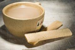 Filiżanka dojna kawa z skorupiastymi kijami fotografia stock