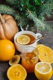 Filiżanka gorąca cytryny herbata z pomarańczową banią i imbirowym dżemem na drewnianym tle Zdrowy napoju zimno Zima napój Obraz Stock