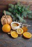 Filiżanka gorąca cytryny herbata z pomarańczową banią i imbirowym dżemem na drewnianym tle Zdrowy napoju zimno Zima napój Zdjęcie Stock