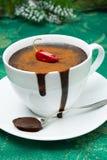 Filiżanka gorąca czekolada z chili, cynamon dla bożych narodzeń fotografia stock