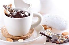 Filiżanka gorąca czekolada z kawałkami czekolada i migdał na ligh Fotografia Stock