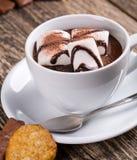 Filiżanka gorąca czekolada z marshmallow i cukierkami Zdjęcie Stock