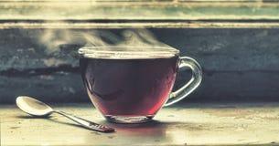 Filiżanka gorąca herbata przy okno Fotografia Royalty Free