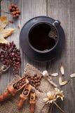 Filiżanka gorąca kawa espresso wśród jesieni rośliien na drewnianym rocznika stole, Obrazy Stock
