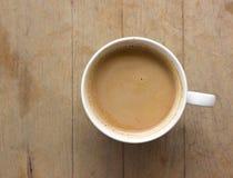 Filiżanka gorąca kawa na stole obraz stock
