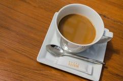 Filiżanka gorąca kawa na stole Obrazy Royalty Free