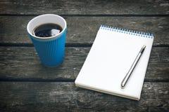 Filiżanka gorąca kawa, pióro i notepad, pusty prześcieradło papier wyszukuje wyszczególniającą biznesową kreskówkę czuje swobodni Obraz Stock
