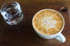 Filiżanka gorąca kawa stawia dalej stół Zdjęcia Royalty Free
