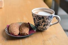 Filiżanka Gorąca kawa z chlebowymi ciastkami słuzyć na stole Zdjęcie Stock