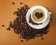 Filiżanka gorąca kawa z fasolami na papierowym tle Obrazy Stock