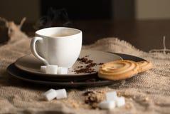 Filiżanka gorąca kawy espresso kawa i ciastko, zdjęcia royalty free
