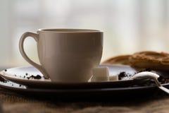 Filiżanka gorąca kawy espresso kawa i ciastko, zdjęcie royalty free