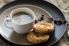 Filiżanka gorąca kawy espresso kawa i ciastko, obraz royalty free