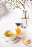 Filiżanka gorąca zielona herbata z cytryną na bielu stole, świeżą cytryną i miodem, - zbliżenie strzał Obraz Royalty Free