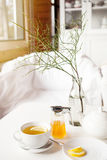 Filiżanka gorąca zielona herbata z cytryną na bielu stole, świeżą cytryną i miodem, - zbliżenie strzał Fotografia Royalty Free