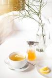 Filiżanka gorąca zielona herbata z cytryną na bielu stole, świeżą cytryną i miodem, - zbliżenie strzał Fotografia Stock