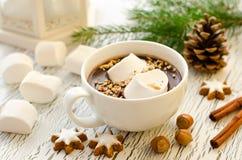 Filiżanka gorącej czekolady marshmallows i cynamonowi boże narodzenia gramy główna rolę co fotografia royalty free