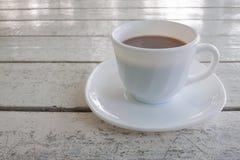 Filiżanka gorący kakao na białym drewnianym stole obraz stock