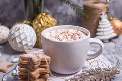 Filiżanka gorący kakao w wigilię bożych narodzeń fotografia royalty free