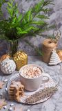 Filiżanka gorący kakao w wigilię bożych narodzeń obrazy royalty free