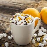 Filiżanka gorący kakao z czekoladową pomarańcze i zapał na ciemnym drewnianym tle Selekcyjna ostrość zdjęcia stock