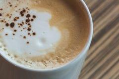 Filiżanka gorący latte, kawowa sztuka na drewnianym stole w relex czasie Obrazy Stock