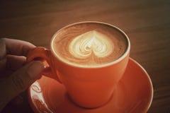 Filiżanka gorący latte lub cappuccino z fascynującą latte sztuką Fotografia Stock
