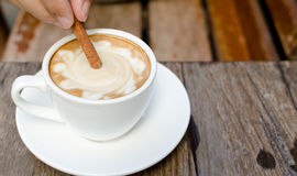 Filiżanka gorący latte z cynamonem Obrazy Stock