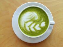 Filiżanka gorący matcha latte w ten sposób wyśmienicie na drewnie Zdjęcia Stock