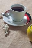 Filiżanka gorący napój z kawowymi fasolami Fotografia Stock