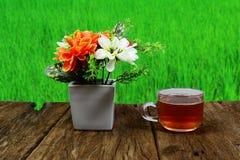 filiżanka herbaciana i biała waza z świeżymi kwiatami Zdjęcia Royalty Free