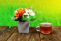 filiżanka herbaciana i biała waza z świeżymi kwiatami Fotografia Royalty Free