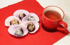 Filiżanka herbaciane i czekoladowe piłki fotografia royalty free