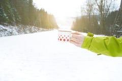 Filiżanka herbaciany mienie w kobiety ręce tło płatków śniegu biały niebieska zima Gorący napój z pianą snow i zimna pogoda przes Fotografia Stock